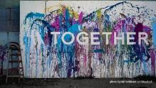 manifesto a spruzzi di colore con la scritta Together (da Adi-Goldstein per unsplash.com)